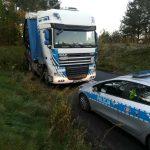 TIR wjechał w barierkę. Policja ostrzega przed trudnymi warunkami na drodze