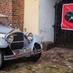 Piękne klasyki kończą sezon. Zabytkowe pojazdy zaparkowały przy zamku w Olsztynie