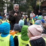 Przedszkolaki  dokarmiają dzikie zwierzęta. Przywiozły  żołędzie i kasztany