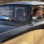 Przyjechali pod szpital zabytkowymi autami, aby sprawić radość chorym dzieciom