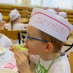 Pierwszaki  uczyły się przygotowywania zdrowych posiłków. Szkolił je prawdziwy szef kuchni