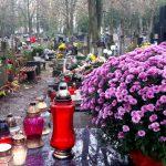 Na cmentarz najlepiej autobusem. Mieszkańcy Warmii i Mazur tłumnie odwiedzają groby bliskich