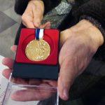 """Wręczono medale """"Prodesse Auso"""" zasłużonym dla archidiecezji warmińskiej"""