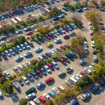 Czy w Olsztynie jest za dużo samochodów? Coraz trudniej o miejsce parkingowe, a kierowcy zostawiają auta w miejscach niedozwolonych