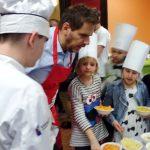 Wojciech Modest Amaro gotował z dziećmi w ośrodku opiekuńczym Arka