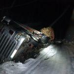 Mogło zakończyć się tragicznie. Kierowca tira nie wyrobił się na zakręcie i uderzył w nadjeżdżające auta