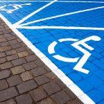 Straż miejska jest bezradna, gdy kierowcy parkują na miejscach dla niepełnosprawnych. Kto jest temu winien?