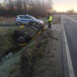 Dachowała i wpadła do rowu. Policja ostrzega kierowców przed śliską nawierzchnią dróg