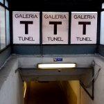 Galeria fotografii w dworcowym tunelu w Ełku