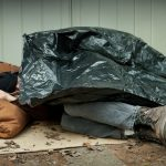 Dzięki reakcji przechodnia, bezdomny przeżył mroźną noc