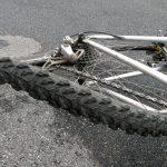 Pisała smsy podczas jazdy rowerem. Mieszkanka Morąga zderzyła się z samochodem osobowym