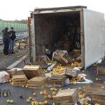 """Ciężarówka pełna jabłek zablokowała krajową """"siódemkę"""". ZDJĘCIA"""