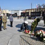 """""""Pamięć o ofiarach jest zachowaniem ich dziedzictwa"""". Olsztyn uczcił 8. rocznicę katastrofy smoleńskiej"""
