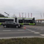 Rano na ul. Sikorskiego w Olsztynie auto osobowe zderzyło się z tramwajem