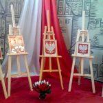 Haftowane herby w holu olsztyńskiego ratusza