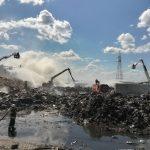 Zastęp straży pożarnej dozoruje jeszcze pogorzelisko przy Zakładzie Gospodarki Odpadów Komunalnymi w Olsztynie
