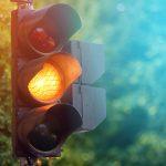 Drogowcy montują sygnalizację na skrzyżowaniu Towarowej z Leonharda