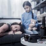 Pijana matka zostawiła dziecko w domu. 10-latka zadzwoniła na policję