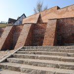Kolejne pęknięcia na murach obronnych w Pasłęku. Miasto i wojewoda zapłacą za renowację
