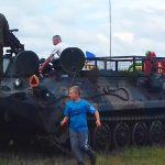 Walki czołgów, wozów bojowych i moździerzy samobieżnych. Na poligonie koło Orzysza odbył się piknik militarny