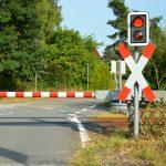 """Dodatkowe kontrole na przejazdach kolejowo-drogowych. Ruszyła wakacyjna akcja """"Bezpieczne piątki"""""""