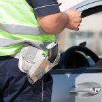 Jak bezpiecznie spędzić wakacje? Służby zwrócą szczególną uwagę na kontrole drogowe i wodny wypoczynek