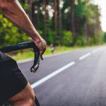 Kompletnie wstawiony rowerzysta jechał od krawężnika do krawężnika