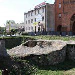 """Historyczna rondela przy Wysokiej Bramie – atrakcja turystyczna czy """"szpecąca dziura w ziemi""""?"""