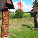 Na prywatnej posesji w Łajsach pod Pieniężnem ktoś zniszczył dwie drewniane kapliczki