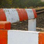 Wypadek na przejeździe kolejowym koło Braniewa. Lokomotywa uderzyła w samochód osobowy