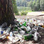 Koniec wakacji i sterty śmieci w okolicach jezior i lasów. Straż Miejska wyjaśnia: O porządek musi dbać właściciel terenu