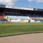 Żółknie trawa na boisku Stomilu. Piłkarze nie mogą korzystać z nowej murawy, a kibice się martwią