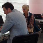 Seniorzy w Ełku uczą się, jak serfować po sieci