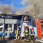 Spłonął sklep z artykułami metalowymi. Z pożarem walczyło 11 zastępów straży [video]