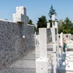 Nieznani sprawcy wyrwali krzyże z nagrobków na oleckim cmentarzu