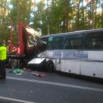 Dwie osoby nie żyją po zderzeniu autobusu szkolnego z ciężarówką