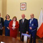 Uczniowie ze Szkoły Podstawowej w Tuszewie będą mieć nowe klasy lekcyjne i salę gimnastyczną. Dziś podpisano umowy