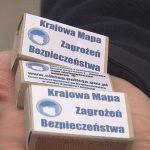 Nietypowa forma promocji Krajowej Mapy Zagrożeń Bezpieczeństwa w Elblągu. Logo akcji pojawiło się na zapałkach