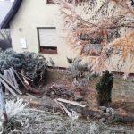 Wypadek w Kętrzynie. 59-latek wymusił pierwszeństwo i wjechał w płot