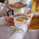Ciepłe posiłki dla potrzebujących. Grupa Oddam Obiad wspiera chorych i samotnych podczas pandemii