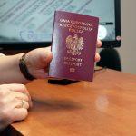 Na Warmii i Mazurach pierwsze osoby odebrały okolicznościowe paszporty z okazji 100-lecia odzyskania przez Polskę niepodległości