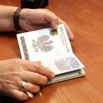 Na wakacje z dowodem osobistym czy z paszportem? Ekspert wyjaśnia: bez tego nie powinniśmy opuszczać granic kraju