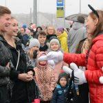 Myszka Miki świętowała swoje urodziny. Mieszkańcy Olsztyna tłumnie przybyli na osiedle Bajkowe
