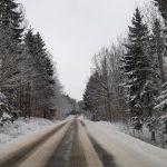 Służby ostrzegają: trudne warunki na drogach Warmii i Mazur