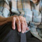 """Koronawirus najgroźniejszy dla osób starszych. """"Seniorzy, zostańcie w domach"""""""