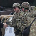 Sekretarz stanu USA Mike Pompeo u żołnierzy Batalionowej Grupy Bojowej NATO w Bemowie Piskim