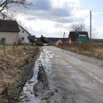 Mieszkańcy Kochanówki alarmują: droga do miejscowości jest rujnowana przez samochody z pobliskich żwirowni