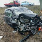 Wyprzedzał inny samochód i uderzył w drzewo. 46-latek trafił do szpitala