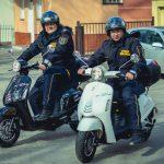 Strażnicy miejscy testują elektryczne skutery