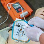 Defibrylatory na ulicach Olecka. Mieszkańcy będą się uczyć obsługi sprzętu ratującego życie
